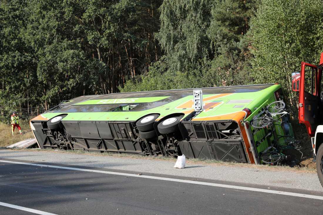 Minst 16 personer ska ha skadats, varav flera allvarligt, i bussolyckan.
