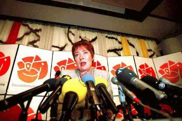 """16 oktober 1995 På en historisk presskonferens meddelar Sahlin att hon tar """"timeout"""" från sin kandidatur till posten som partiledare. Men fortsätter som minister."""