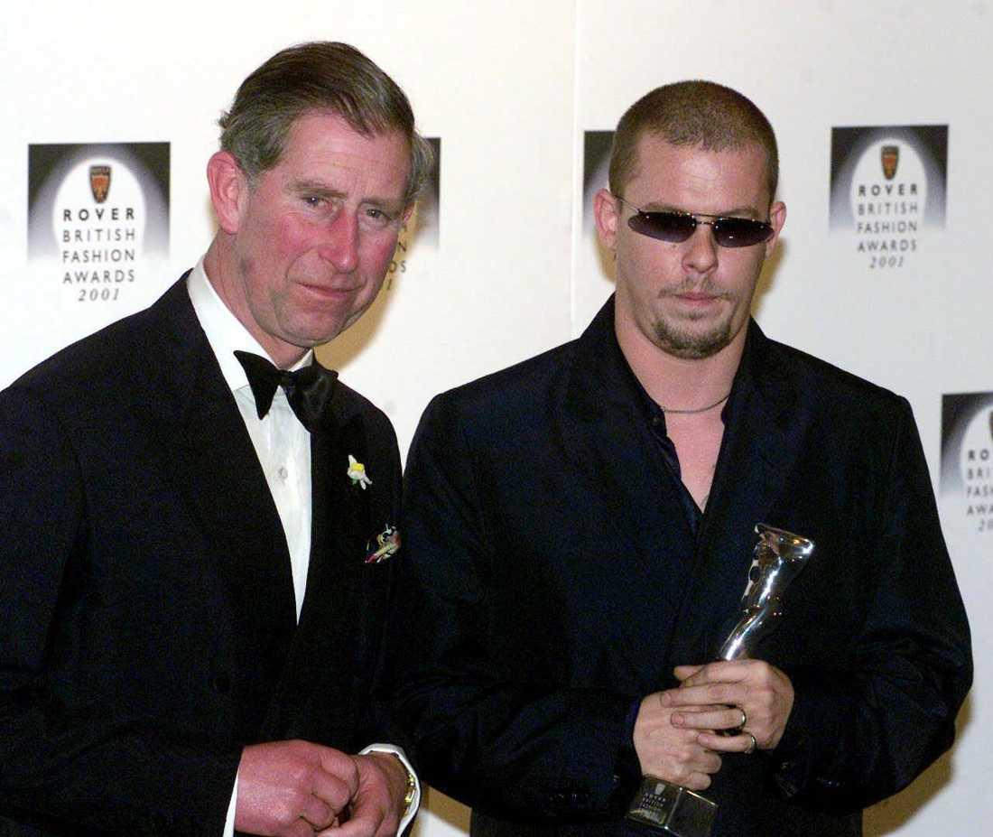2001 fick McQueen pris av prins Charles.