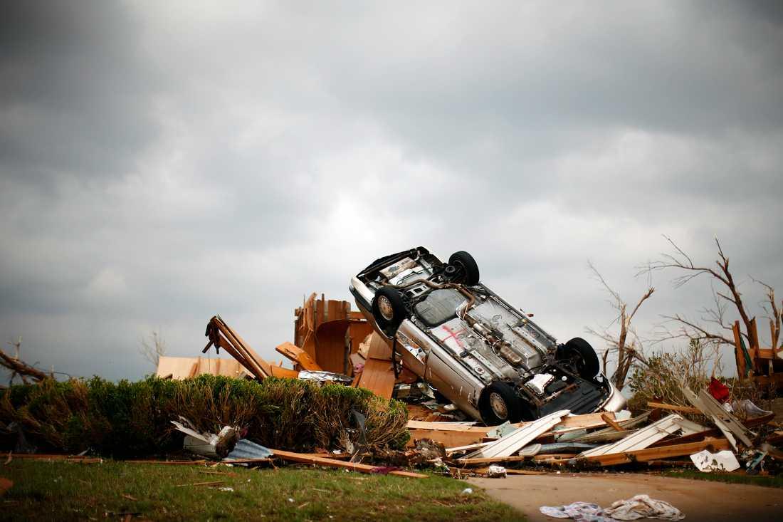 Tornadon vräkte bilar upp och ner.