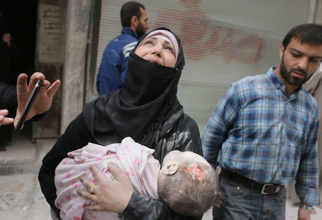 En kvinna skriker ut sin förtvivlan efter ett flyganfall. AFP PHOTO / THAER MOHAMMED / TT
