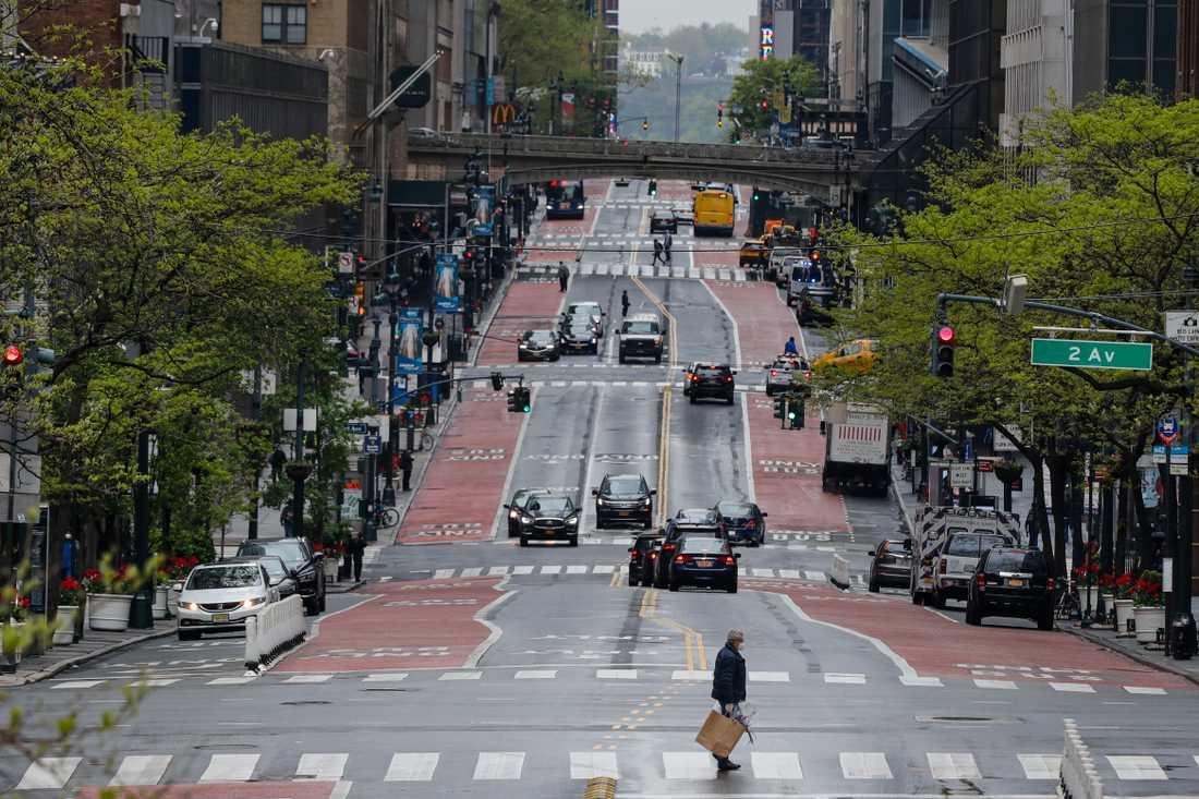 Gatorna ekar närapå tomma i den hårt coronadrabbade staden New York. Här en bild från 42:a gatan i fredags.