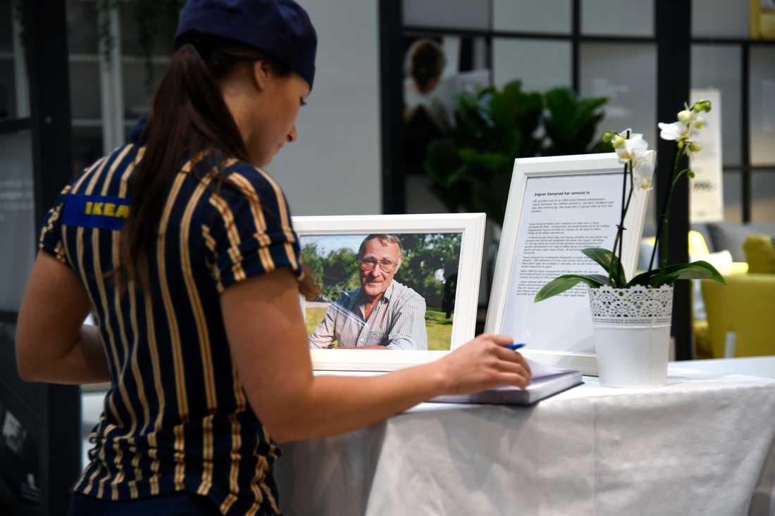 Personal på Ikea vid Kungens kurva skriver i en kondoleansbok.