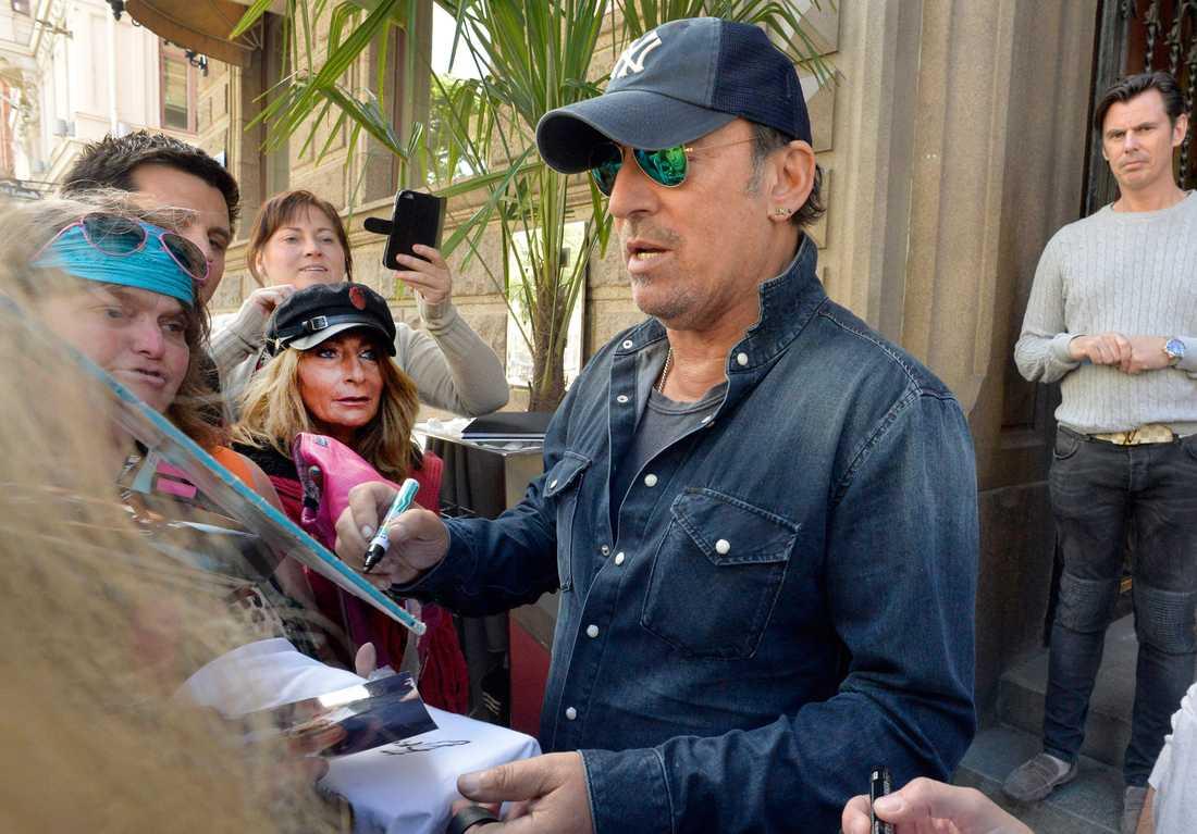Bruce Springsteen skriver autografer i Göteborg den 28 juni.