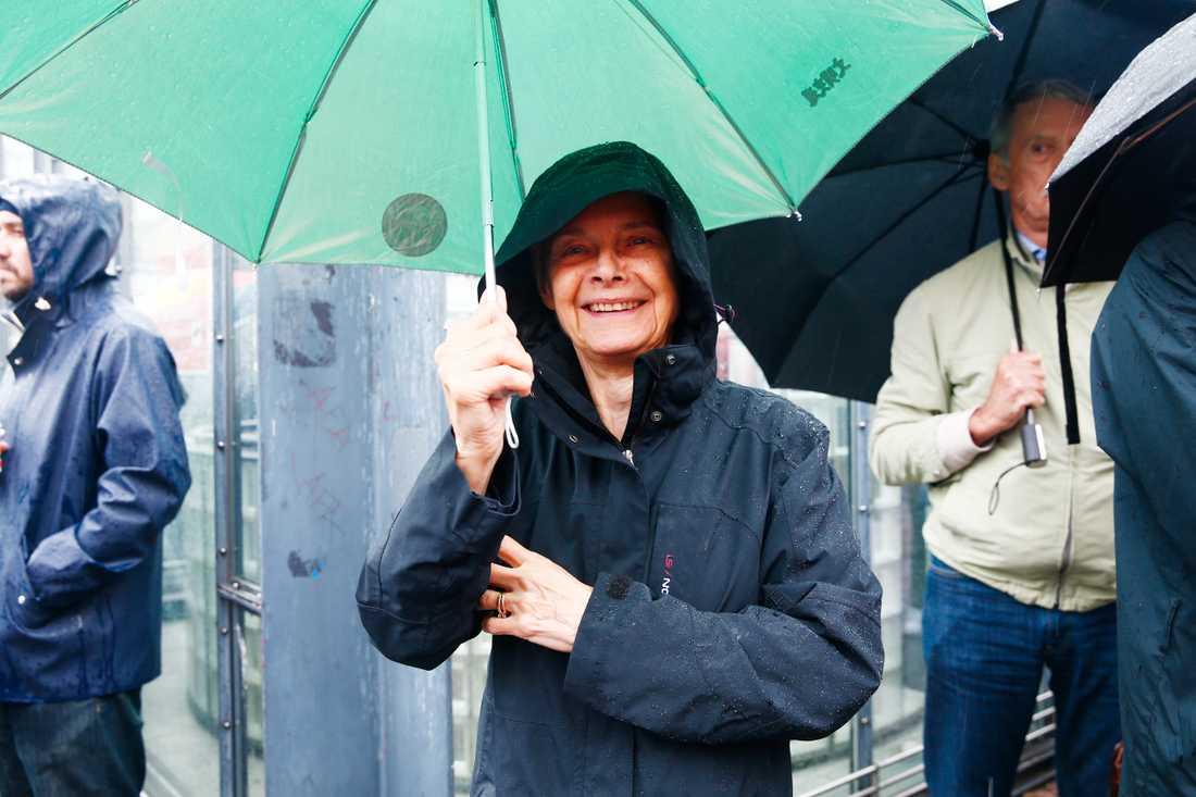 Magdalena Lönnroth, 74, Stockholm. – Jag tror att folk äntligen fått upp ögonen, fem i tolv vaknar alla. Jag arbetar ideellt för röda korset med att slussa vidare familjer som ska återförenas med ensamkommande barn. Jag möter dem vid Arlanda. Det är ett enormt givande jobb, alla är så glada.