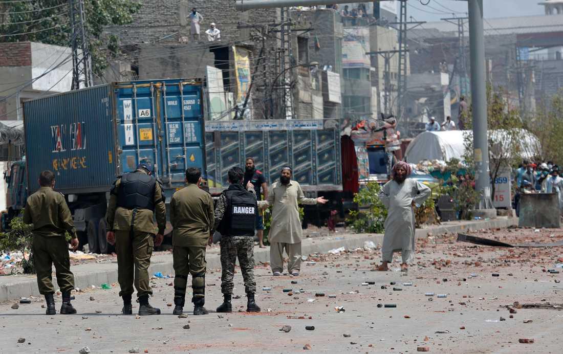 TLP-anhängare blockerar en väg i Lahore.