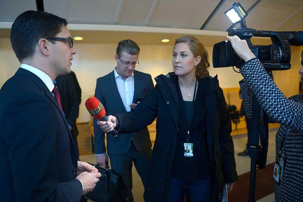 """""""Kan inte svara"""" När SD-ledaren Jimmie Åkesson får se dokumenten känner han inte igen dem. Han minns heller inte när kvinnoförbundet bildades. Åkesson får sedan bråttom iväg och lämnar intervjun."""
