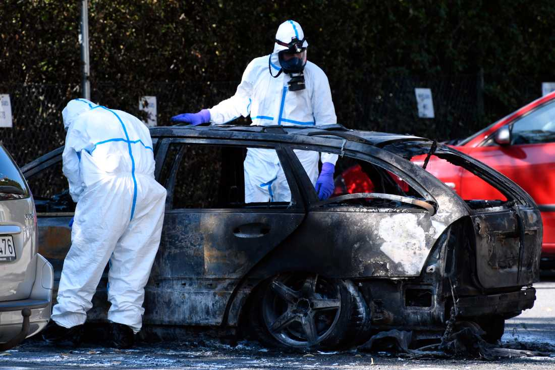 Den misstänkta flyktbilen undersöks av polis efter mordet