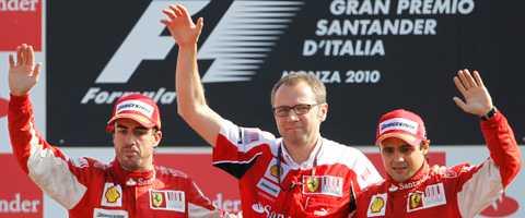 Stefano Domenicali, mitten, firar tillsammans med Fernando Alonso och Felipe Massa. Ferrarichefen hoppas att få jubla igen i Singapore.