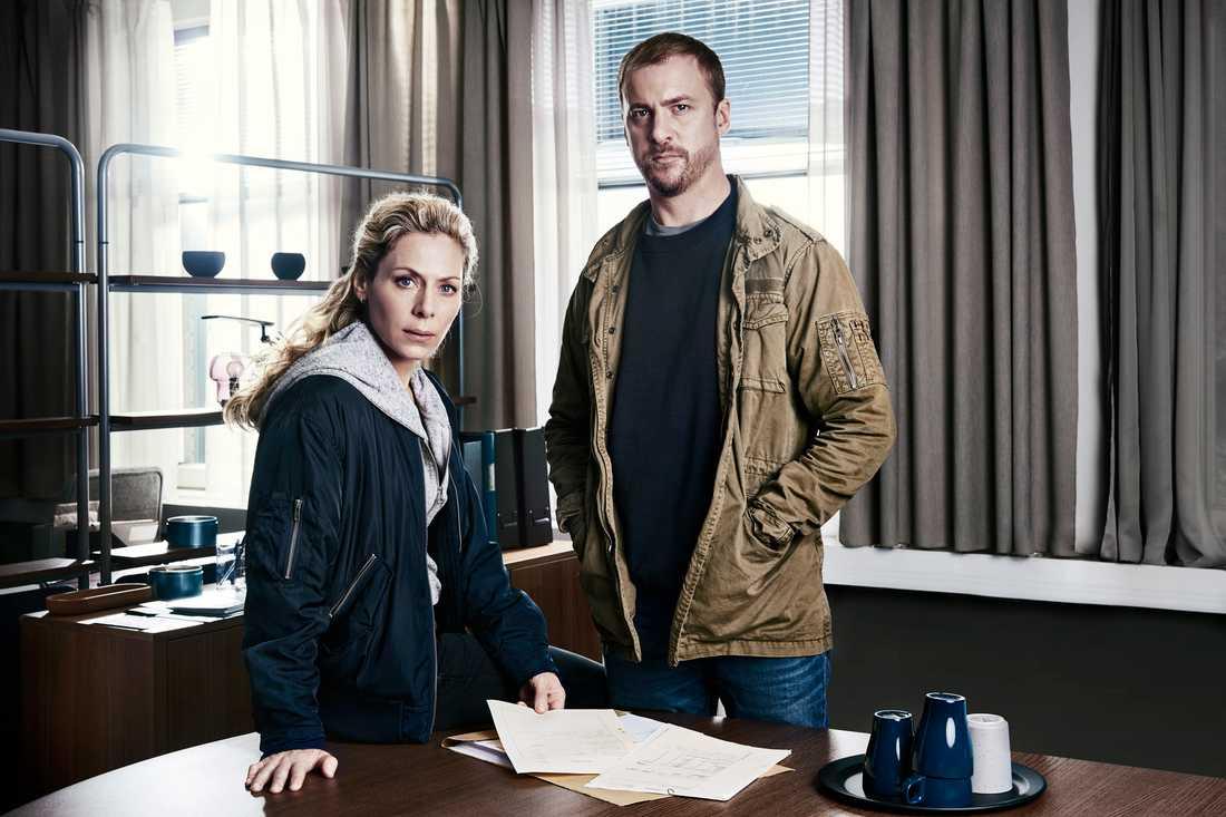 """Eva Röse spelar huvudrollen som Maria Wern och Erik Johansson spelar en av hennes kollegor i """"Maria Wern"""". Pressbild."""