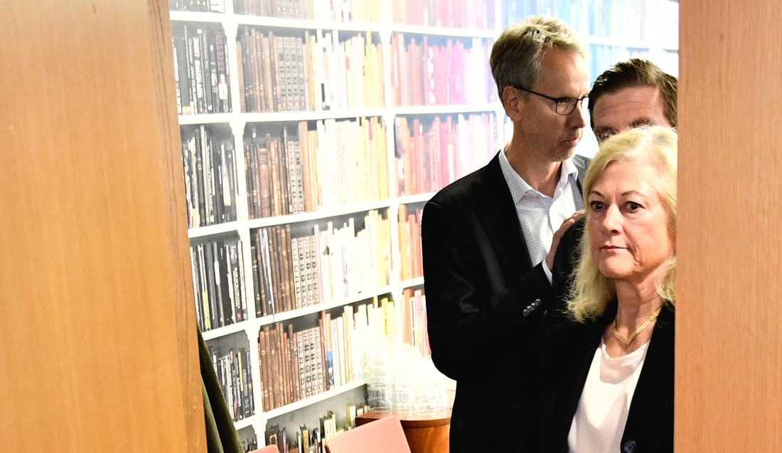 Cecilia Versteegh, styrelseledamot i Apotekstjänst, i bakgrunden Apotekstjänsts tidigare vd Tomas Hilmo.