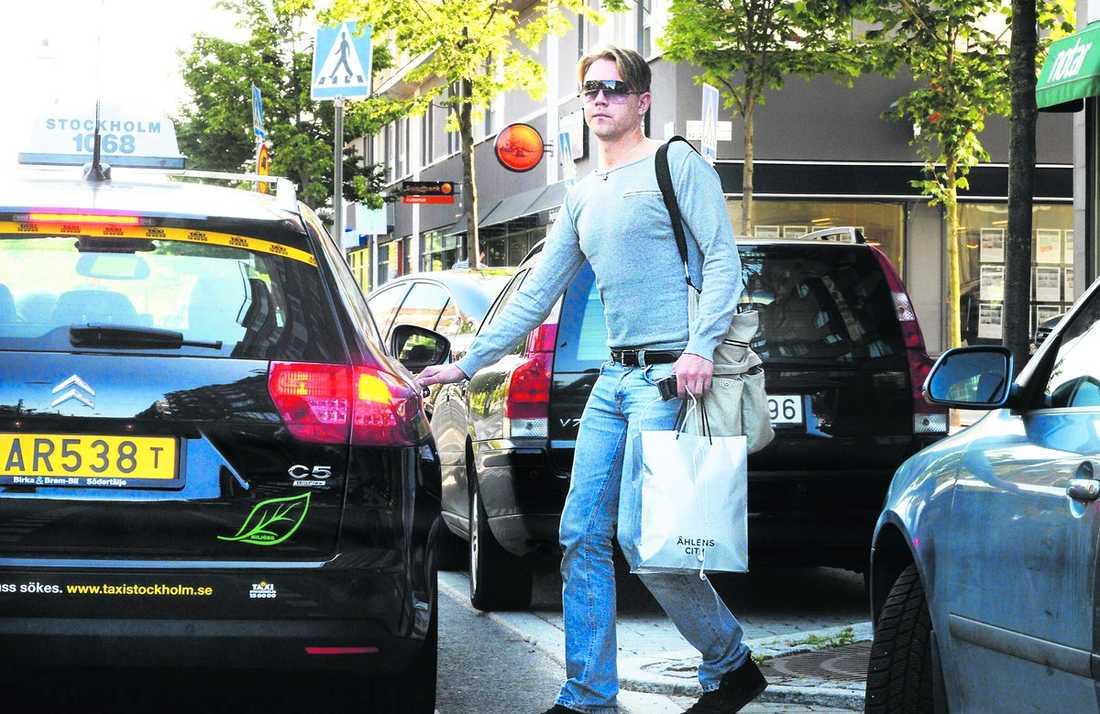 """taxi för 66 000 kronor Fredrick Federleys taxiresor går ofta till restauranger och klubbar sent på nätterna, men bokförs som """"möte"""" eller """"riksdagen"""". Förra året slutade notan på 65 960 kronor – och det är skattebetalarna som får stå för kalaset. Enligt riksdagen ska Federley ta taxi av skyddsskäl. Samtidigt bloggar och twittrar han ständigt om var han befinner sig. """"Jag ska kunna leva mitt liv som vanligt"""", säger Fredrick Federley till Aftonbladet."""