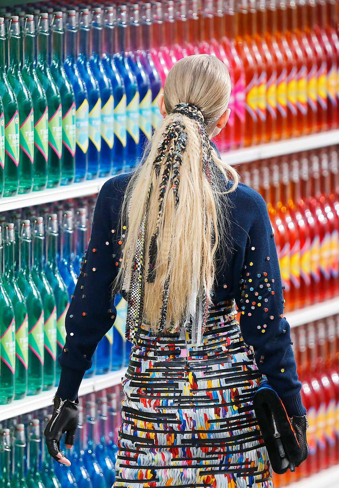 På håret För den som älskar att testa nya frisyrer var Chanels visning en fin inspirationskälla. Modellernas hästsvansar flätades med trådar och tygrester som såg ut att komma från Chanels klassiska dräktjackor. Kul? Ja,  faktiskt hårresande bra.
