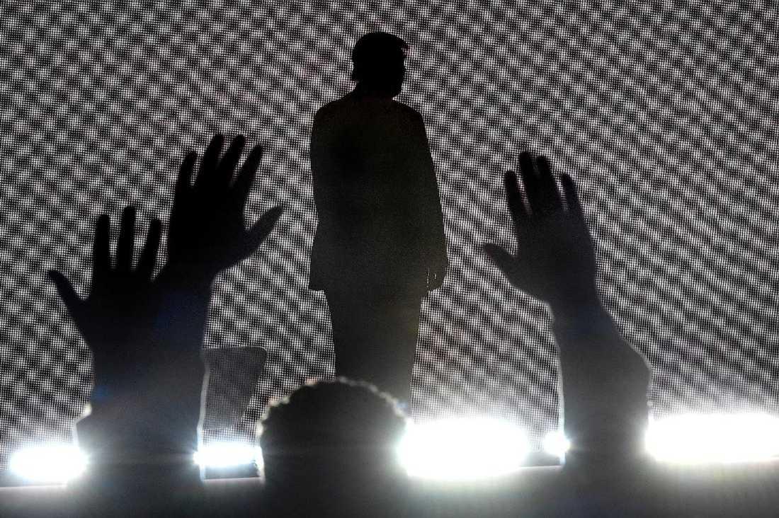 Huvudpersonen Donald Trump äntrade scenen på repubikanernas partikonvent i motljus och rökridåer. Där nominerades han till partiets presidentkandidat.