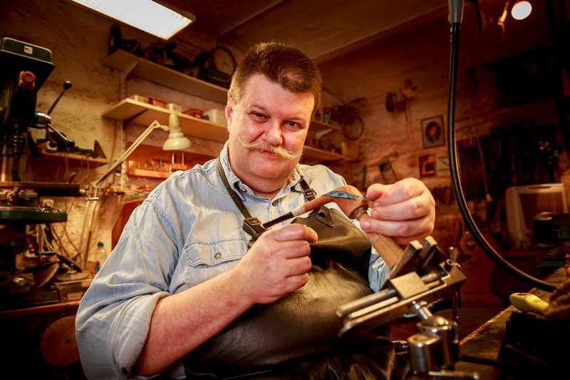 TVÅ DAGAR PER PIPA Anders Nilsson driver ett pipmakeri i Malmö tillsammans med sin bror.