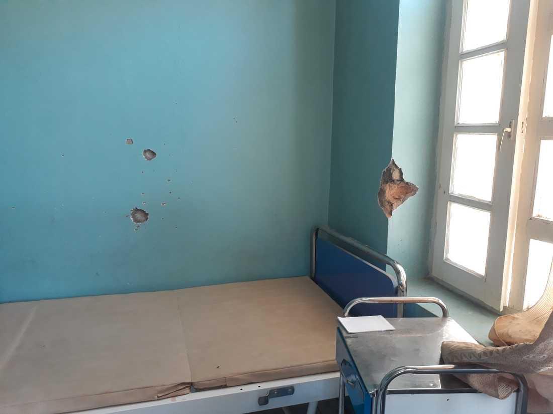 Kulhål i väggarna på Svenska Afghanistankommitténs klinik efter säkerhetsstyrkornas angrepp.