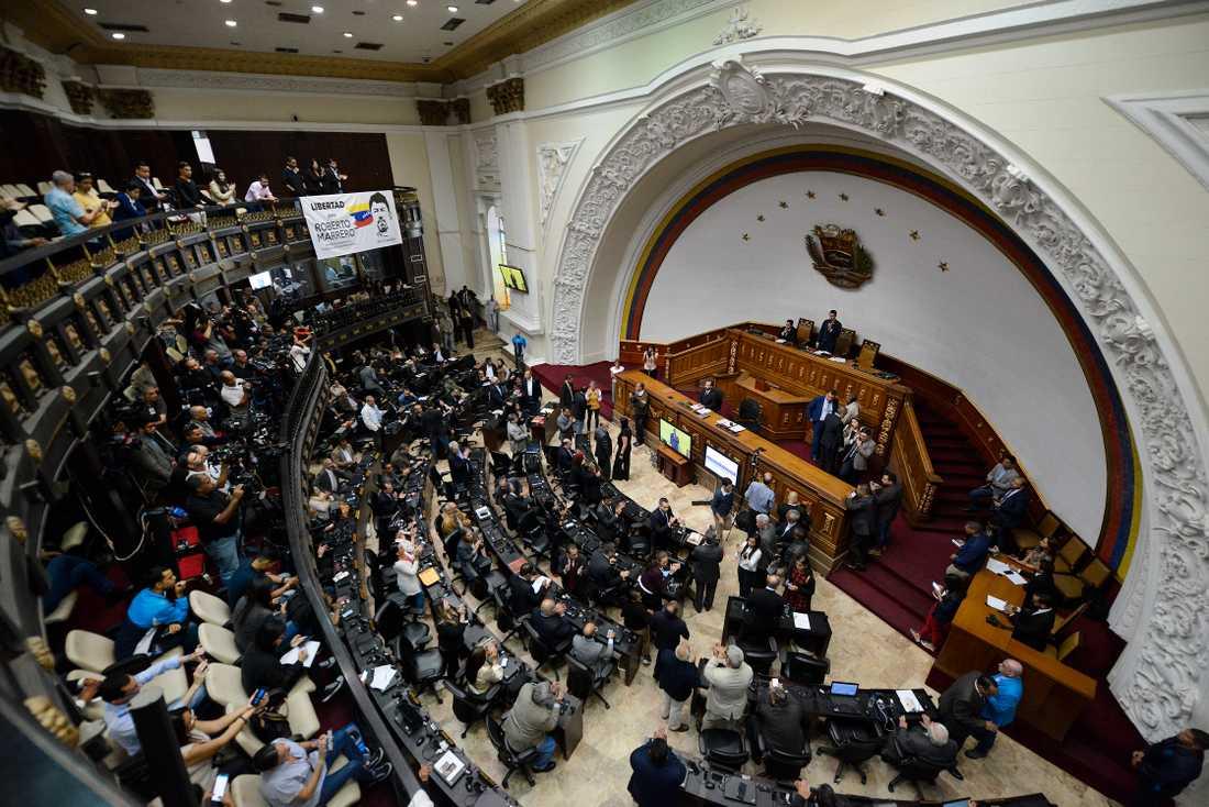 Venezuelas oppositionsledare och självutropade interimspresident Juan Guaidó talar vid ett extrainsatt sammanträde i nationalförsamlingen i Caracas i tisdags.