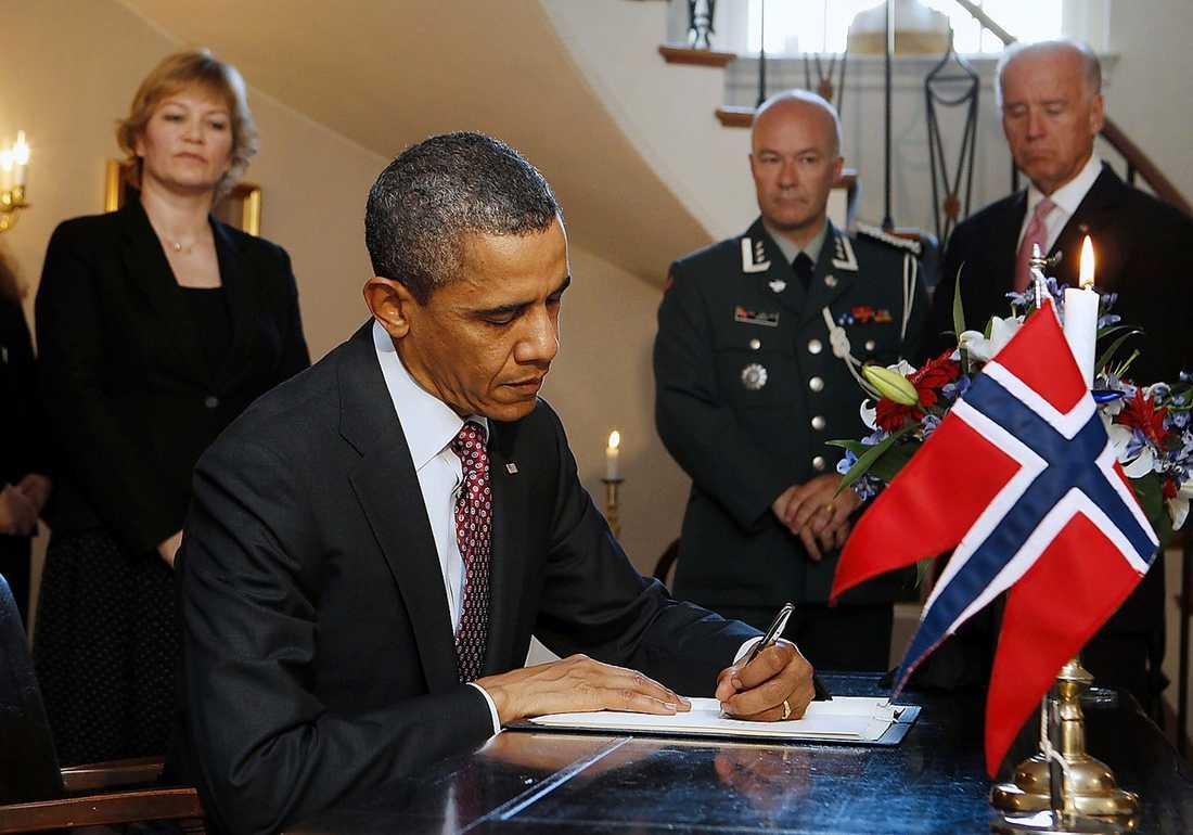 USA:s president Barack Obama skriver under ett kondoleansbrev för offren i Norge under sitt besök på den norska ambassaden i Washington.