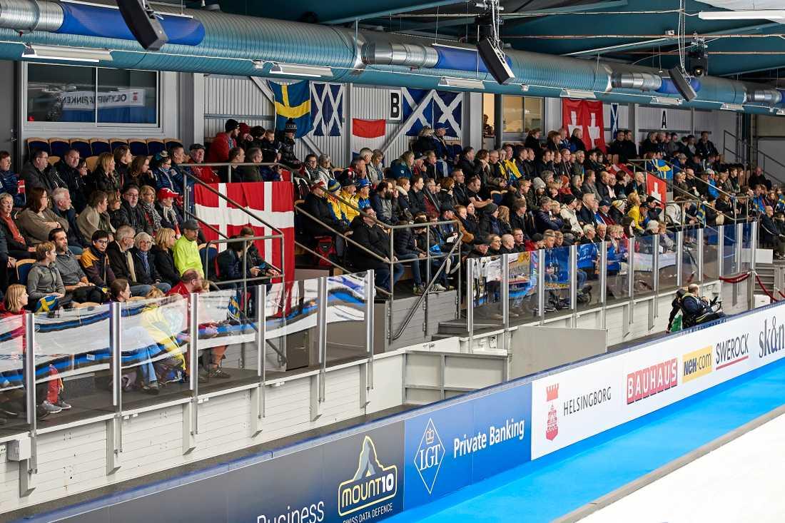 Både Sverige och Danmark hade stort stöd på läktarna inne på Olympiarinken i Helsingborg.