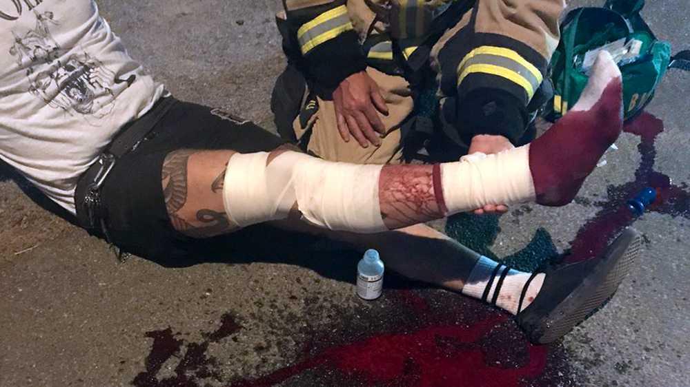 Christoffer sparkade in en ruta, för att ta sig in och varna boende för branden. Han skadades i samband med det och åkte ambulans till sjukhuset och fick sy 16 stygn.