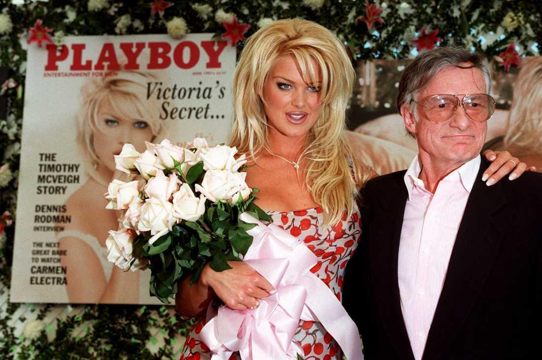 """Hugh Hefner tillsammans med Victoria Silvstedt 1997, samma år som hon blev """"Playmate of the year""""."""