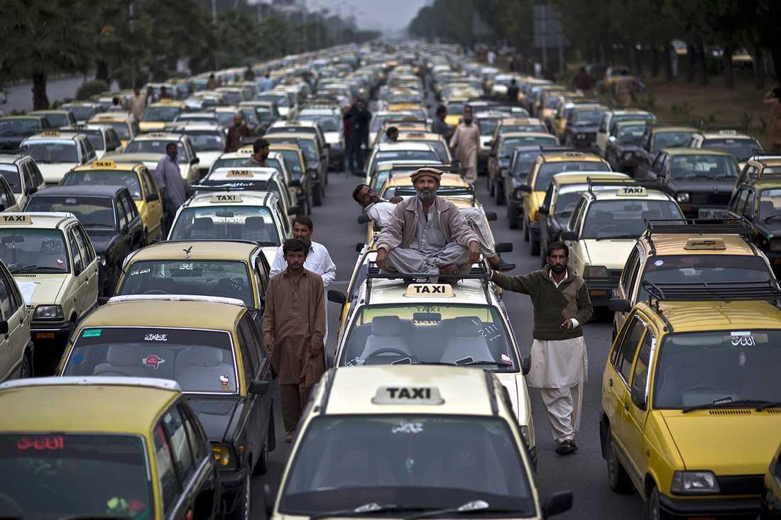 TAXI VAR GOD DRÖJ Pakistanska taxichaufförer blockerar en gata nära parlamentet i Islamabad. Chaufförerna är missnöjda med den pakistanska trafikpolisen.