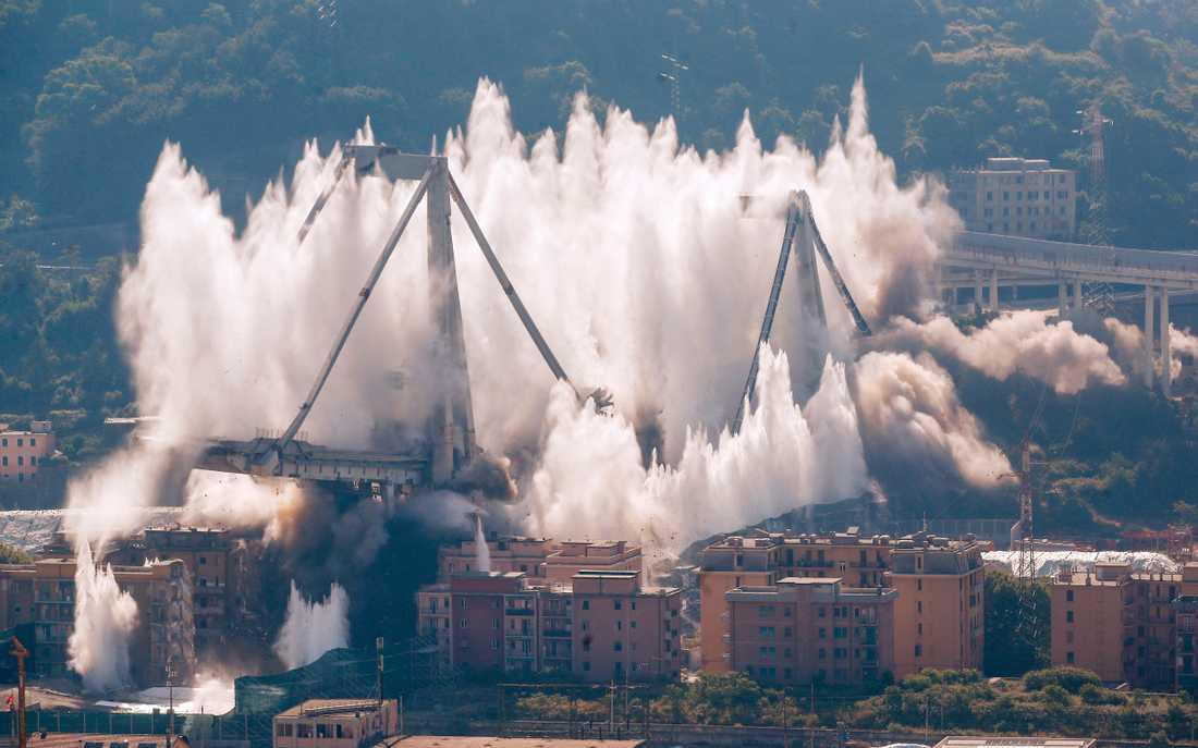 Damm skjuter mot himlen vid den planerade sprängningen av resterna av Morandibron i Genua.