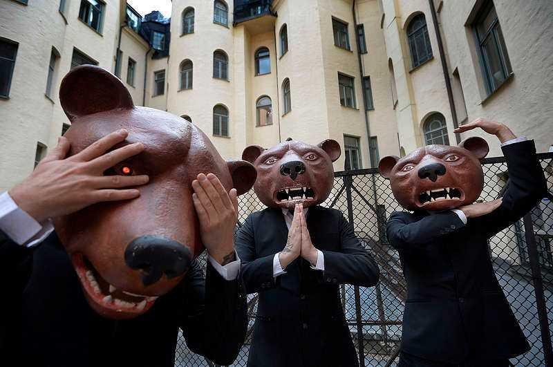 """Teddybears framträder inte utan sina masker, för att tydligt skilja på sina scen- och privatpersoner. """"Sen kan man vara vanlig och civil, och vara lite dålig i magen och ha tofflor och vara i tvättstugan"""", säger Joakim Åhlund."""