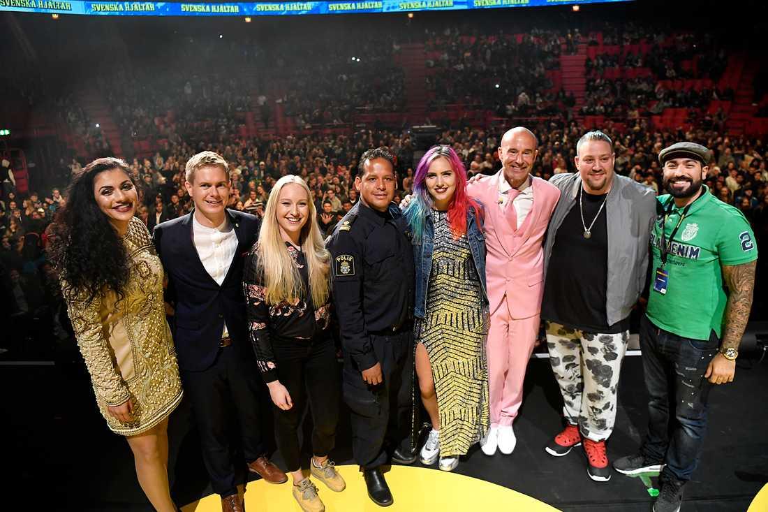 Globensuccén! Efter framträdandet trängde alla ihop sig på scenen: Marwa Karim, Gustav Fridolin, Julia Östfeldt, John Franco, Linnea Claesson, Mark Levengood, Nano och Siavosh Derakhti.