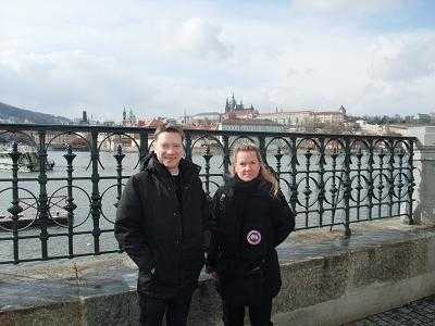 Mikael Björnfot, här med kompisen Ann-Charlotte, gillar att resa med vänner. Nu letar han resesällskap på nätet.