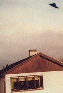 """Värnamo, 21 mars 1974 15-årige Christer Sundström ligger sjuk hemma i sängen när han ser vad har tror är en örn sväva över grannens tak. Bilden han sedan tar delade ufo-Sverige i två delar: de som trodde 15-åringen var en bluffmakare och de som var övertygade om att han sett ett rymdskepp. """"Jag kände att det här är något oförklarligt, något jag inte kan förstå, något som inte är byggt av människor"""", säger fotografen själv."""