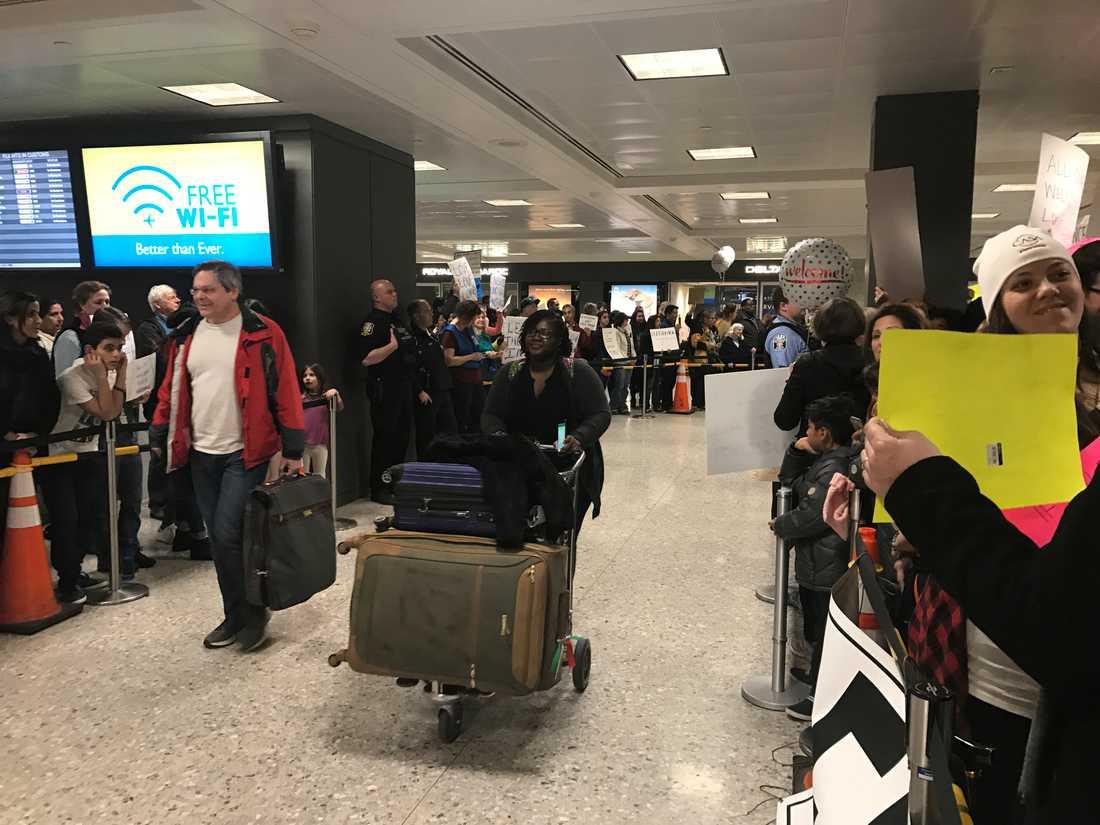 Aktivisterna välkomnar internationella resenärer med jubel och hurrarop