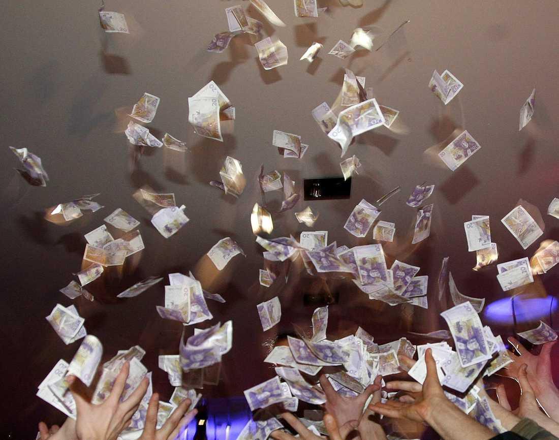 Enligt en granskning som SR gjort kan politiker få 100 000-tals kronor i ersättning varje år.