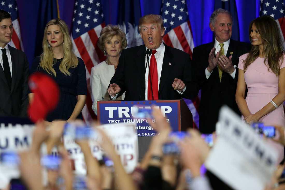 Trump håller sitt segertal flankerad av dottern Ivanka och hustrun Melania.