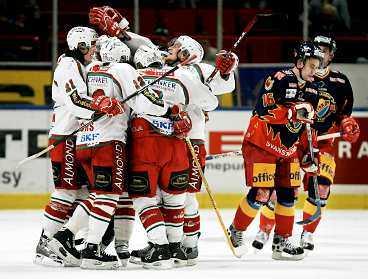 SVÅRSTOPPADE Frölunda svarade för en stormatch i går och är nära semifinal. Här jublar de efter Antti-Jussi Niemis 4-3-mål.