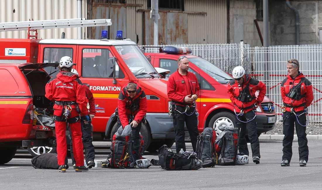 Franska brandmän förbereder sig för att åka mot olycksplatsen.