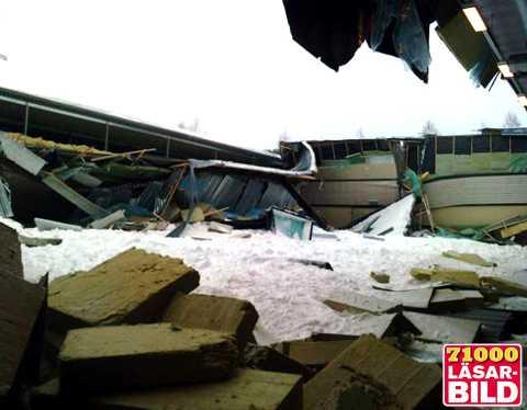 borås Ett fotbollslag hade träning i Lundbyhallen när det började knaka och taket rasade in.