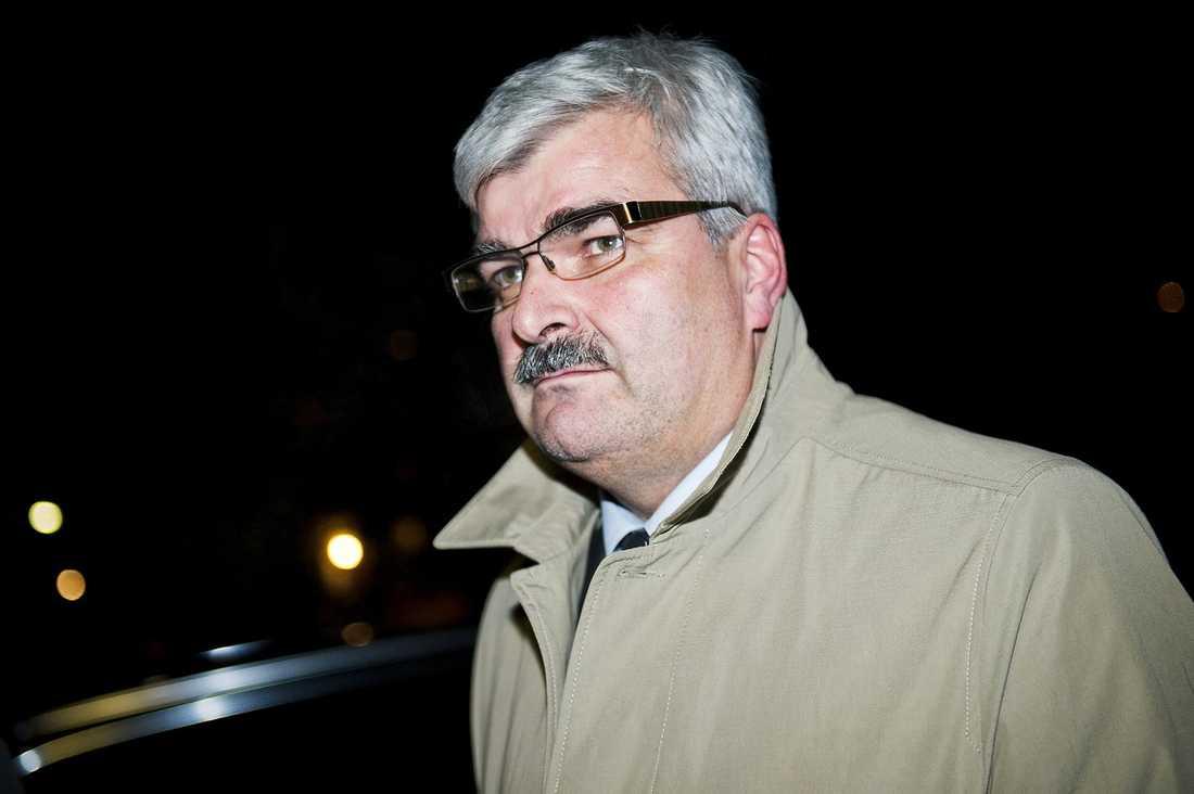 SAMMANBITEN  Håkan Juholt höll sig undan i nästan tre dagar – men i går tog cirkusen kring S-ledaren plötsligt flera nya turer. Här anländer han till sin övernattningslägenhet i Västertorp i går kväll, men några nya svar på journalisternas frågor gav han inte.