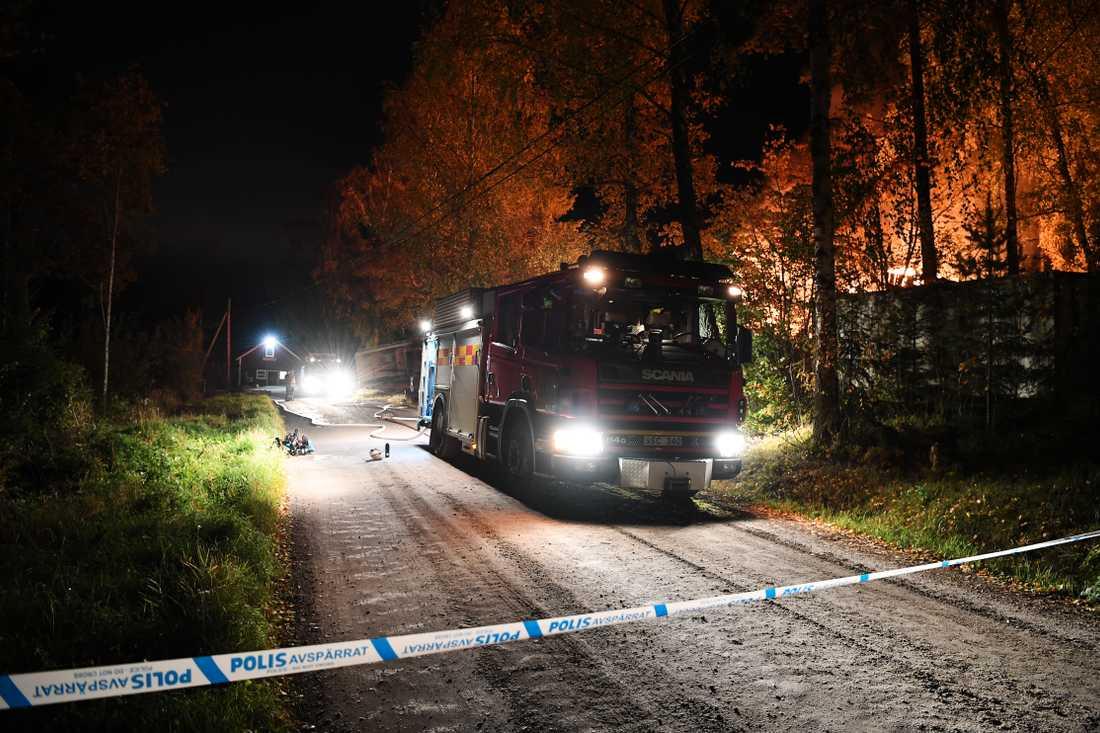 – Vi kommer låta villan brinna ner, säger Daniel Nordin vid södertörns brandförsvar.