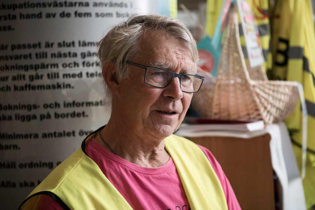 """Pensionären Karl Erik Sundström, 74, sitter av sitt pass som ockupant på sjukhuset i Sollefteå. I september har han skrivit upp sig på flera nattpass. """"Vi får ligga på madrassen i entrén, jag har inga problem att somna så det passar mig bra""""."""