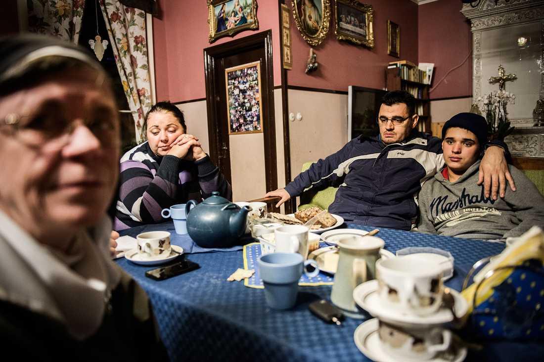 Familjen Shala lever sedan sex år som papperslösa flyktingar hos syster Karin i Alsike. Att återvända till släkten i Kosovo är inget alternativ. Pappa Florim har brutit mot familjens heder. Ett dödshot vilar över honom. Brottet – att gifta sig med Vlora– kan aldrig preskriberas.