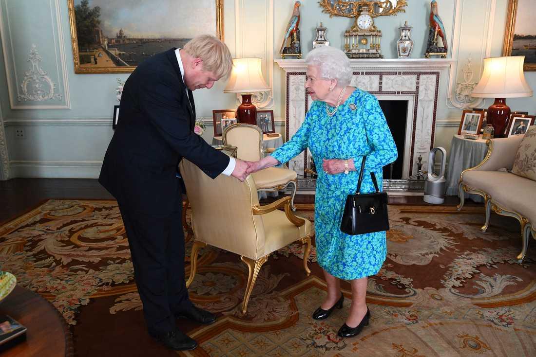 Boris Johnson bugar när han hälsar på Elizabeth II.