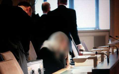 Flickan i rätten. När åklagaren yrkade på maxstraffet bet flickan nervöst på naglarna och stirrade fram mot rådmännen