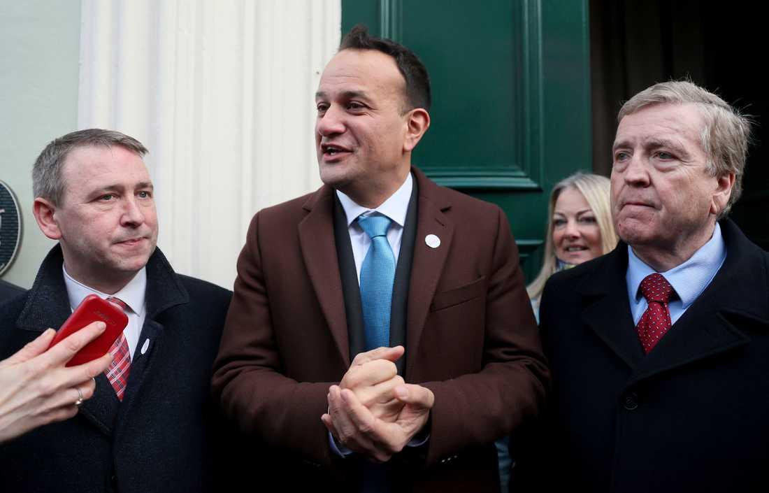 Premiärminister Leo Varadkar, i mitten, med partikamrater från Fine Gael inför lördagens val.