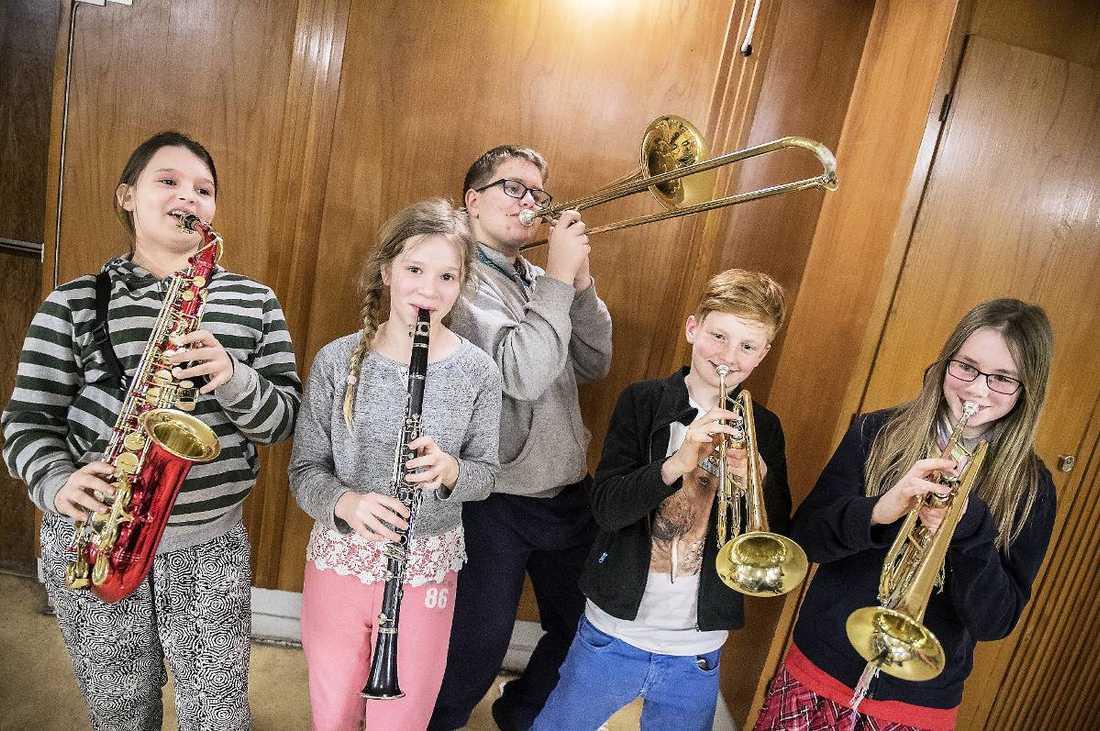 Monica Szczypior, 13, Minna Magnusson, 12, August Wettborg, 12, Gustav Sjöqvist, 11 och Irene Kvarngren, 10, går på olika skolor. Men varje onsdag träffas de och spelar i blåsorkestern på Kulturskolan i Spånga norr om Stockholm.