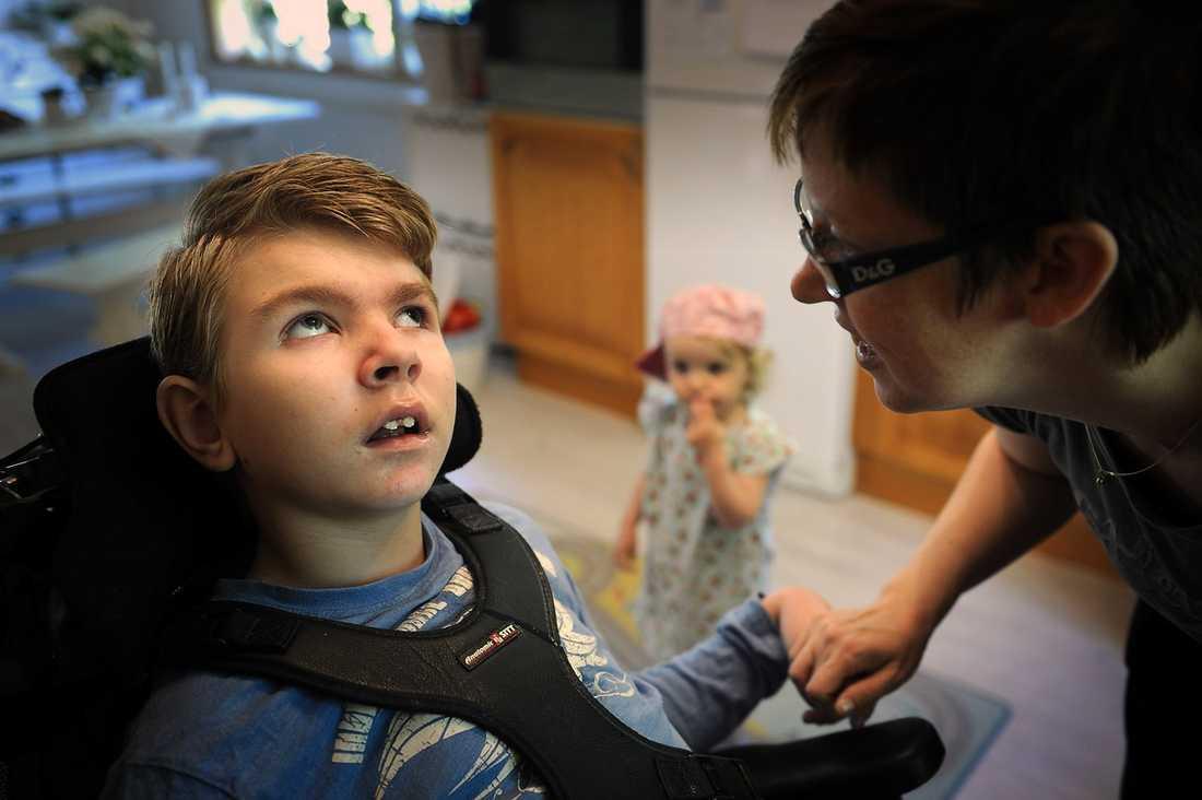 BRÖDERNA ÄR FRISKA Sedan Aftonbladet senast besökte familjen Östholm i Västerås har Viktor, 10, fått ytterligare en bror, Alvin, som i dag är två och ett halvt år. Varken Alvin eller Viktors andra bror Edvin, 6, lider av den ärftliga och obotliga sjukdomen INCL.