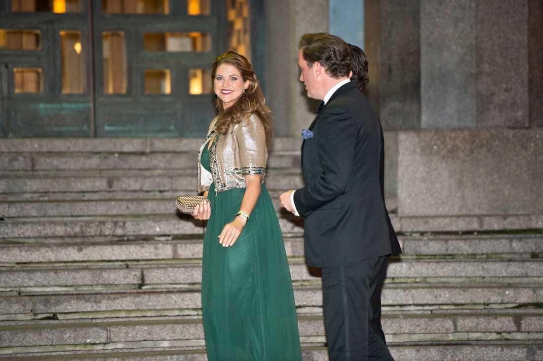 Kungen 40 år på tronen Madeleine och Chris är på väg in i konserthuset den 14 september.