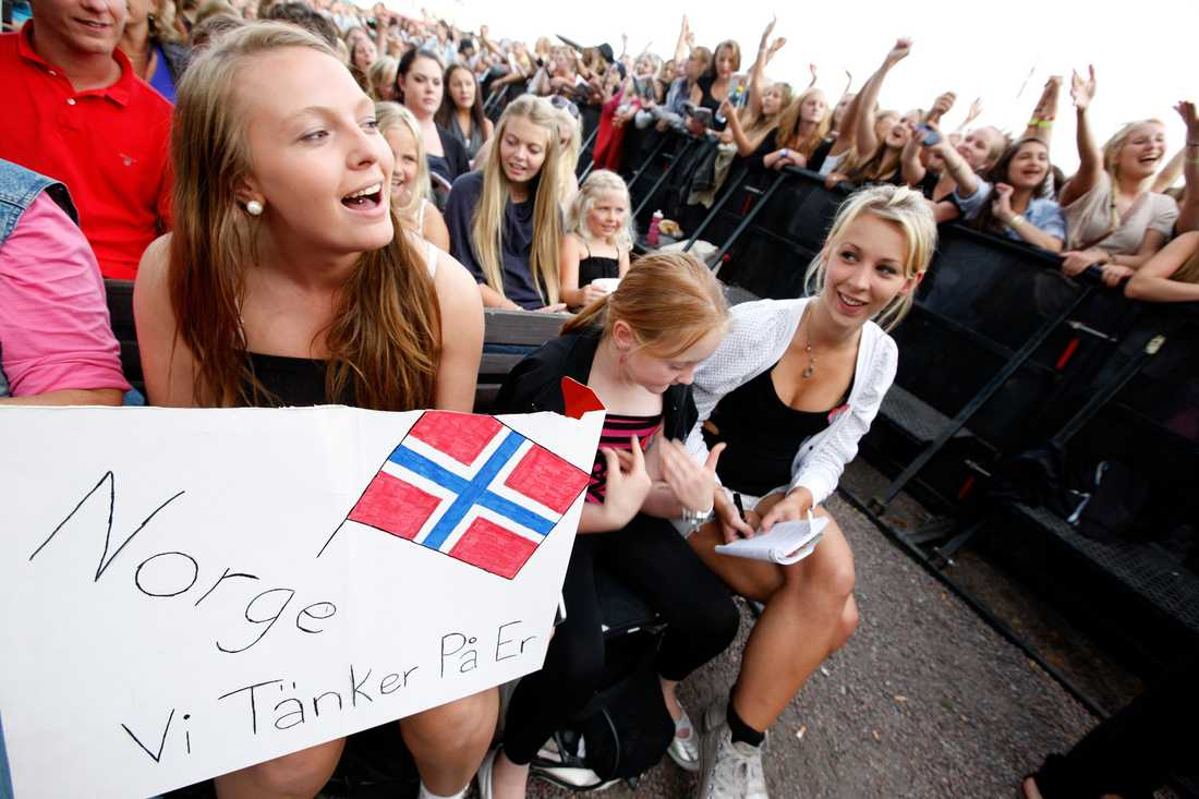 Hedrandet av offren för terrordådet i Norge fick inleda kvällens Allsång.