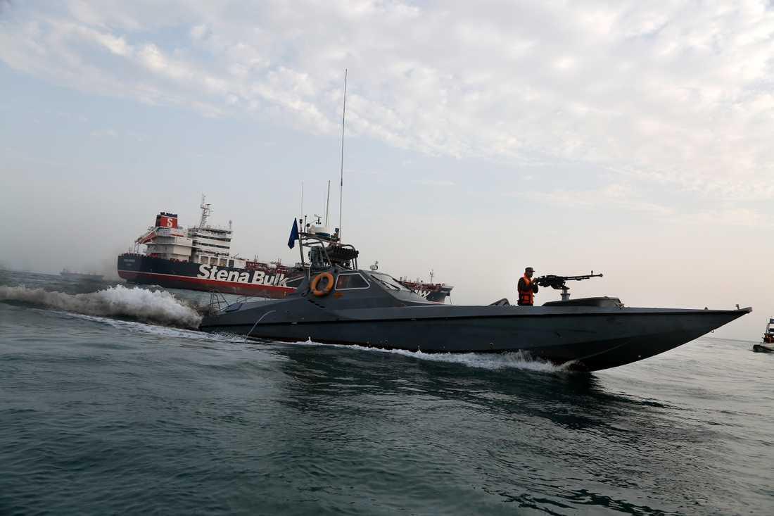 En motorbåt tillhörande Irans revolutionsgarde rör sig mot den brittiskflaggade oljetankern Stena Impero som ägs av svenska Stena Bulk. Stena Impero beslagtogs av Iran i juli.
