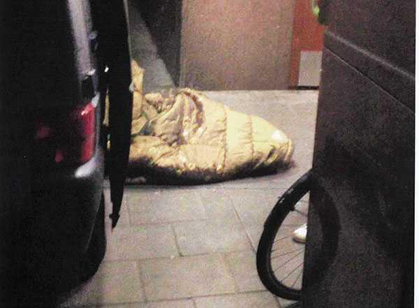 Inlindad i överkast  Efter misshandeln gömde mannen sin blödande fru i ett gult överkast och tog hissen ner. Vittnen såg honom dra in henne i bilen.